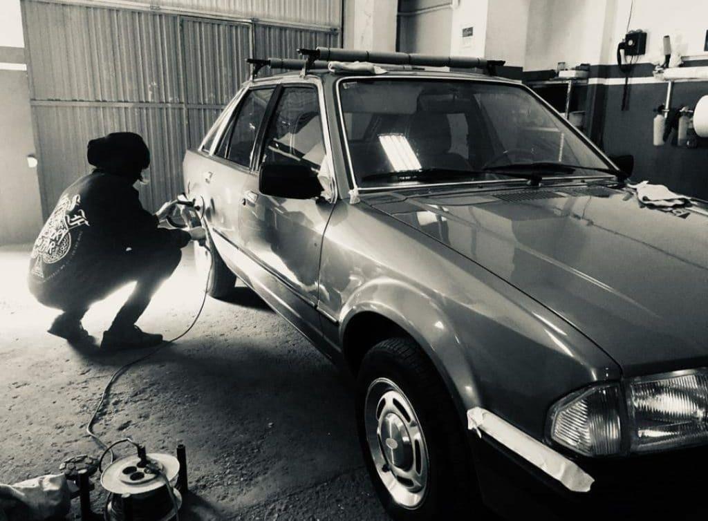 Proceso de detallado sobre carrocería original de Ford Escort